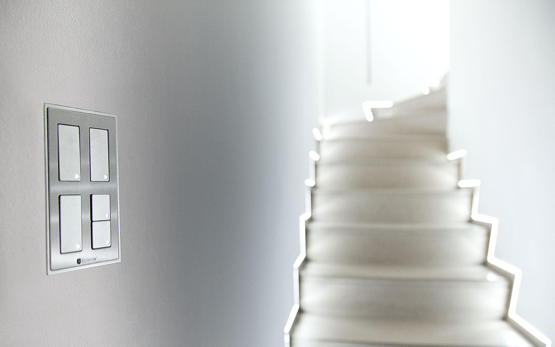 Smoothline-Serie-elettrica-civile-filo-muro-per-impianti-domotici